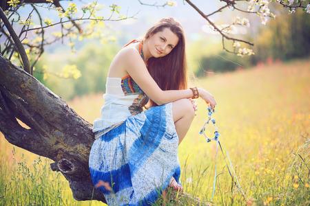 gitana: Sonriente mujer hermosa a la luz de primavera suave. Hippie y vestido de gitana