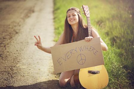 mujer hippie: Mujer hermosa del hippie en un camino rural. La libertad y el viaje concepto Foto de archivo