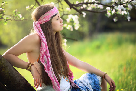 mujer hippie: Hermosa mujer hippie disfrutando de la primavera. Armonía con la naturaleza
