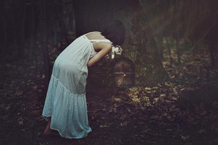 porte bois: Jeune femme trouve une porte étrange dans la forêt sombre. Fantastique et le concept surréaliste Banque d'images