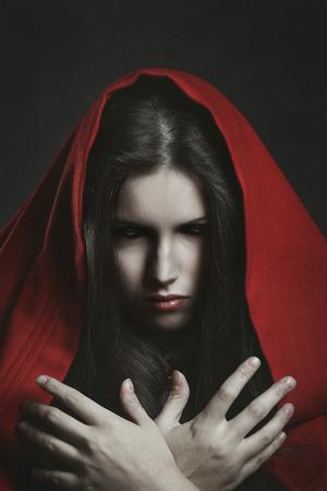 black eyes: Ritratto scuro di una strega spaventoso con gli occhi neri. Horror e Halloween