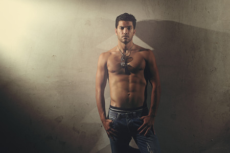 shirtless: Hombre guapo con cuerpo musculoso posando sin camisa. Estilo urbano y la moda Foto de archivo