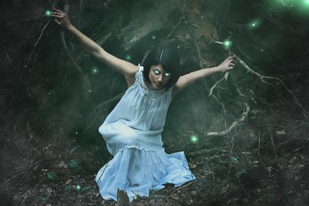 Ninfa del bosque oscuro con espíritus del bosque. La fantasía y la magia Foto de archivo - 42732457