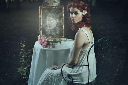 Griezelspook gezicht in een donkere spiegel. Fantasie en Halloween