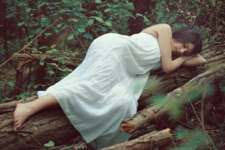 arboles secos: Mujer durmiente en árbol muerto. Paz en la naturaleza