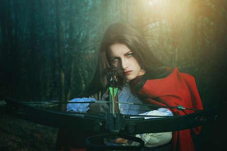 caperucita roja: Poco cazador peligroso caperucita roja. Cuento de hadas y fantas�a Foto de archivo