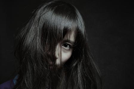창백한 일본 여자의 어두운 초상화. 할로윈과 공포