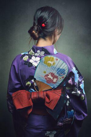 mujeres de espalda: Detalle de kimono tradicional. El estudio tiró de la parte posterior