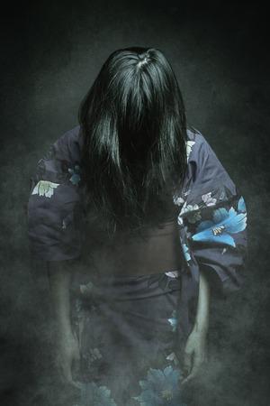 Japanse ghost in kimono jurk. Horror en Halloween Stockfoto