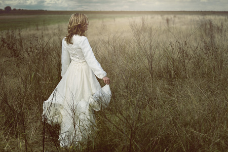 femme romantique: femme romantique dans les champs avec robe vintage. La pureté et la liberté