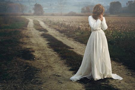 신부 드레스와 아름 다운 여자입니다. 슬픔과 우울 스톡 콘텐츠