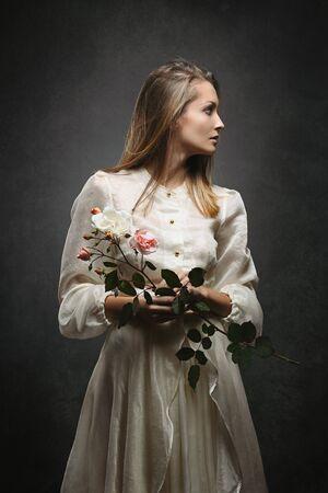 Krásná žena s viktoriánské šaty změní sideaways. Studio Shot Reklamní fotografie