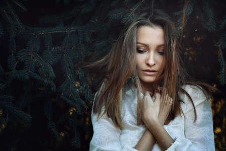 mujer triste: Hermosa mujer joven con expresi�n triste. La soledad y la melancol�a Foto de archivo