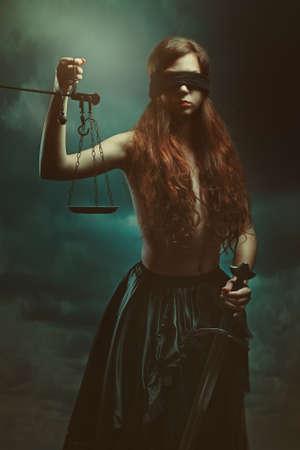 ojos vendados: diosa de la justicia y de nubes oscuras. La mitología y la fantasía