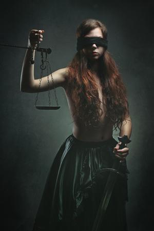 ojos vendados: Retrato de una diosa oscura justicia con la espada y escalas. La mitología y la fantasía