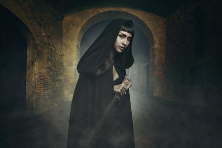 ladron: Hermosa ladrón oscuro en un pueblo de piedra. La fantasía y el concepto de Halloween Foto de archivo