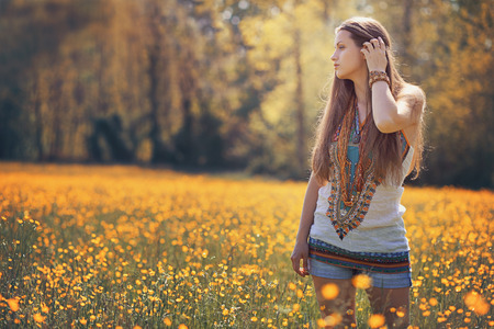 mujer hippie: Mujer hermosa del hippie en campo de flor. Colores de verano