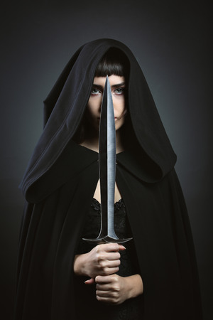 Capuche belle assassin. dark fantasy Banque d'images - 51073034