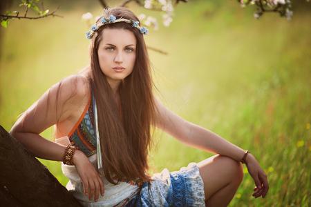 mujer hippie: Hermosa mujer hippie apoyado en un árbol. La naturaleza y la paz Foto de archivo