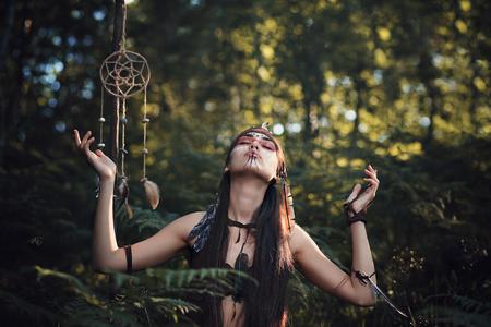madre tierra: Chamán en busca de inspiración de la madre Tierra. Alma y el espíritu