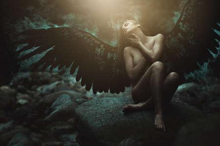 guerrero: ángel caído con las alas negras. la manipulación de fantasía oscura Foto de archivo