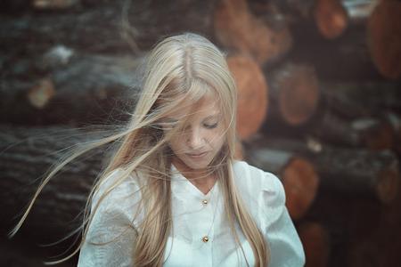 femme romantique: portrait romantique et triste d'une jeune femme blonde. Cheveux dans le vent