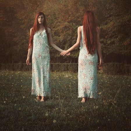 빨간 머리 여자와 그녀의 거울 영혼입니다. 초현실적이고 개념적