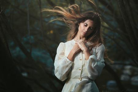 Jonge vrouw die haar innerlijke stem. Romantische en surrealistische Stockfoto