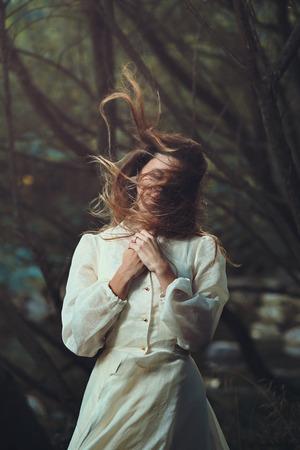 ロマンス: 髪を吹くと美しい女性のロマンチックな肖像画。現実的な森林 写真素材