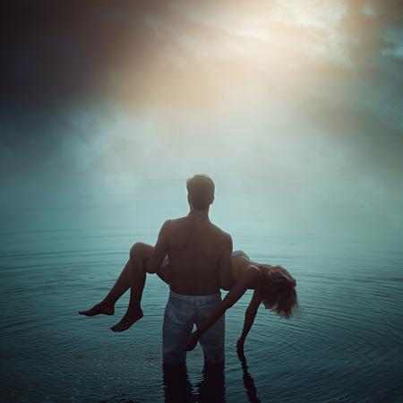 Man in etherische water met dode geliefde. donkere romantiek