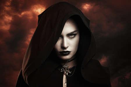 demonio: bruja oscura con el cielo infernal. Concepto del día de la condenación