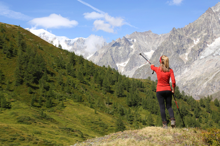 Hiker woman pointing the Mont Blanc Massif Standard-Bild