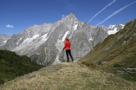 Young hiker woman in Val Ferret, Courmayeur Standard-Bild