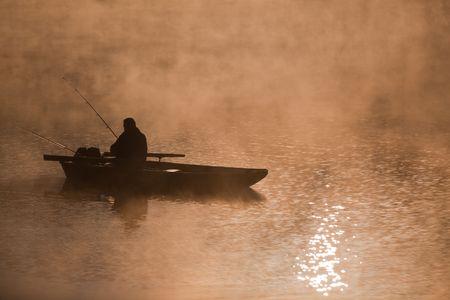 fischerboot: Angeln auf dem Fluss am Morgen Lizenzfreie Bilder