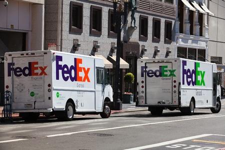 Two Fedex cars in San Francisco 新闻类图片