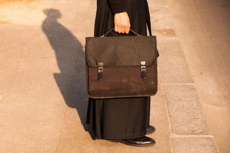 sotana: El detalle del sacerdote en la calle en Par�s, Francia Foto de archivo