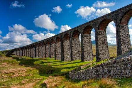 Slavný Ribblehead viadukt v Yorkshire Dales Národní park