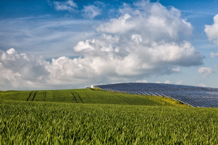 Silicon pannelli solari sul campo di grano verde Archivio Fotografico - 20420206