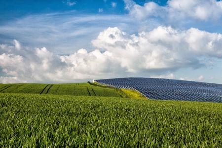 Silicon pannelli solari sul campo di grano verde Archivio Fotografico - 21772673