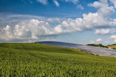 Silicon pannelli solari sul campo di grano verde Archivio Fotografico - 21877098