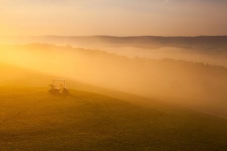 Nádherný výhled na krásné golfové hřiště se zelenou golfovým vozíkem