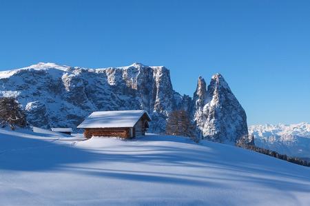 Challet di legno in montagna sulle Dolomiti in inverno