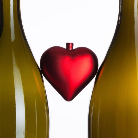 botellas vacias: Las botellas vac�as de vino y el coraz�n rojo