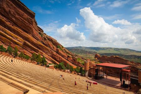 concierto de rock: Denver, EE.UU.: 21 de julio 2012: Famoso Anfiteatro Red Rocks en Morrison. Red Rocks Amphitheatre es una estructura de roca cerca de Morrison, Colorado, a 10 millas al oeste de Denver, donde se dan conciertos en el anfiteatro al aire libre.