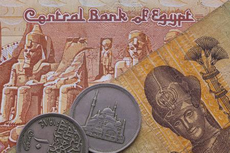 Různé bankovky a mince egyptské libry