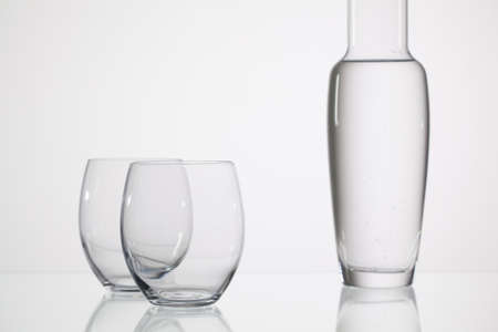 vasos de agua: Vasos de agua sobre la mesa de cristal