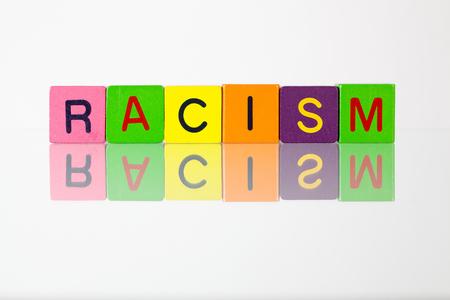 racismo: El racismo - una inscripción de bloques de madera para niños
