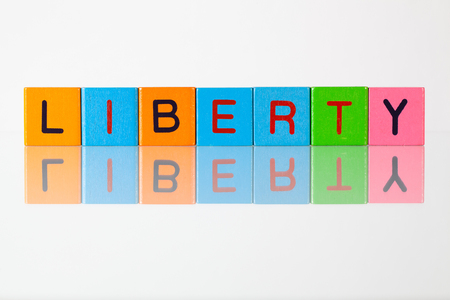 délivrance: Liberty - une inscription à partir de blocs en bois pour enfants