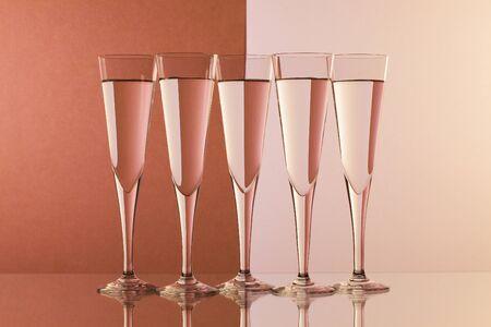 Bicchieri di acqua sul tavolo di vetro Archivio Fotografico