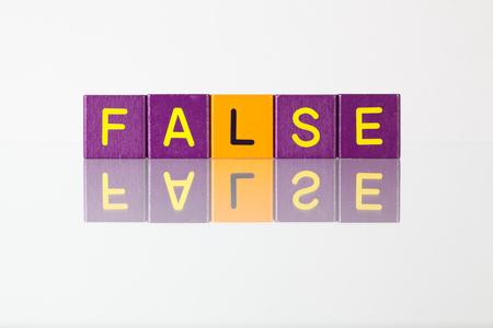 falso: Falso - una inscripción de bloques de madera para niños